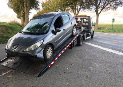 Remorquage d'une Peugeot 207 accidentée à Arras.